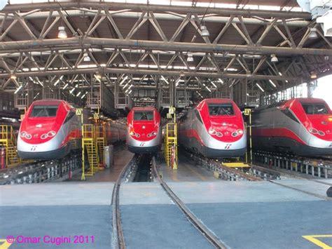 freccia rossa interno parata di treni quot frecciarossa quot all interno dell impianto