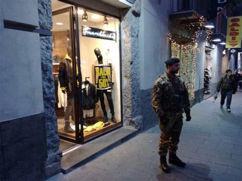 negozi di ladari napoli napoli furto in un negozio i militari dell esercito