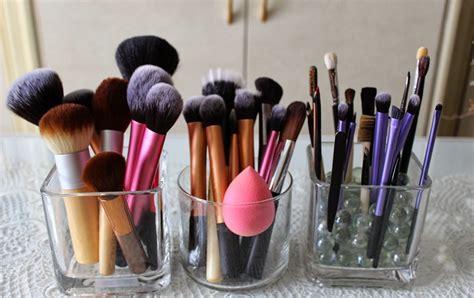 Kuas Make Up Halal menghadap ke atas cara benar menaruh kuas make up