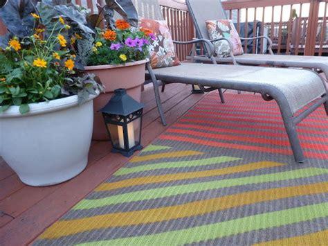 cute upcycled spray painted outdoor rug diyideacentercom