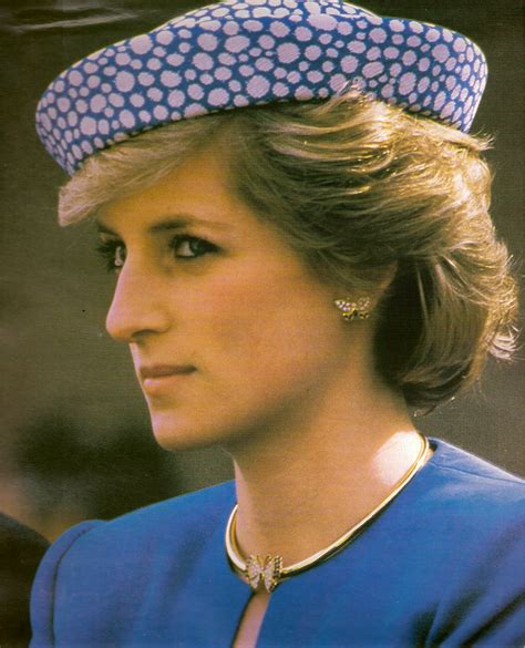 diana s blue stone earrings princess diana yellow gold necklace royal fans all