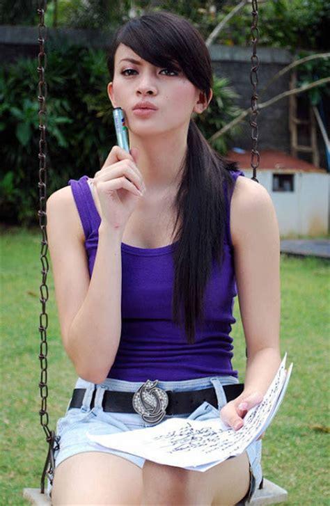 Tank Top Biru Dongker donita dalam tank top biru foto artis indonesia