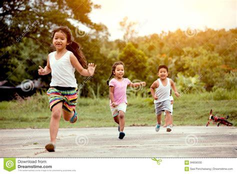 wann fangen kinder an zu laufen asiatische kinder die den spa 223 zum in das feld zusammen