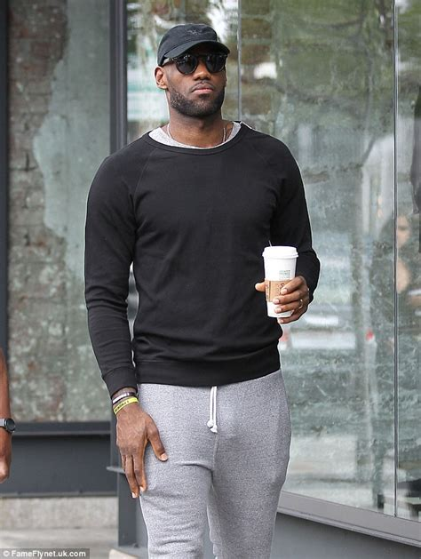Tshirt Sam Smith 03 lebron looks casual in tight sweatpants on low key