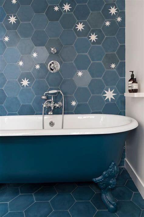 salle de bain bleue retro carrelage hexagonal bleu blue