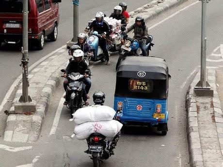 ahok lawan arus ahok minta polisi hukum pemotor yang lawan arus