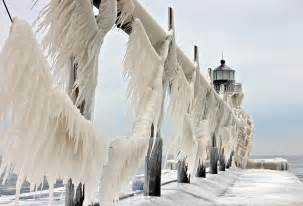 Photographers In Michigan Frozen Lighthouses Caught In Winter S Icy Grip On Lake Michigan Shore Bored Panda