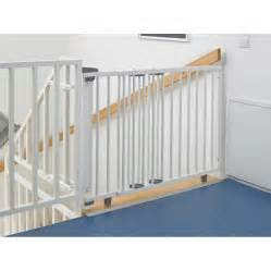 kindersicherung treppe ohne bohren geuther treppenschutzgitter schwenkbar 70 111cm wei 223