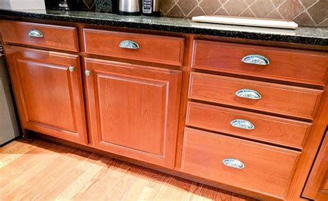 New Hardware For Kitchen Cabinets How To Beautify Your Kitchen Cabinets With New Hardware