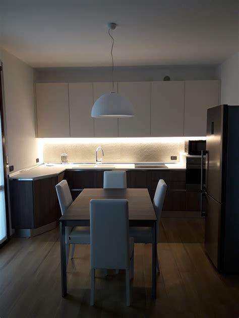 illuminazione faretti led illuminare la cucina con strisce led e faretti architempore