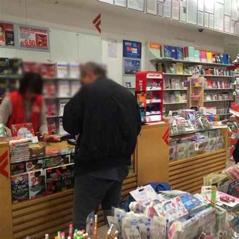 libreria feltrinelli napoli piazza garibaldi cuore napoletano la foto commuove e fa il giro web