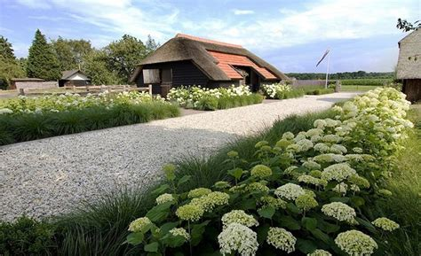 witte thee tuinen landelijke oprijlaan met grind inspiratie voor oprit