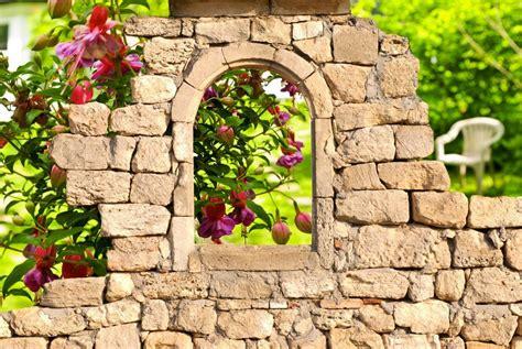 garten natursteine mauer im garten setzt k 220 sters garten und landschaftsbau