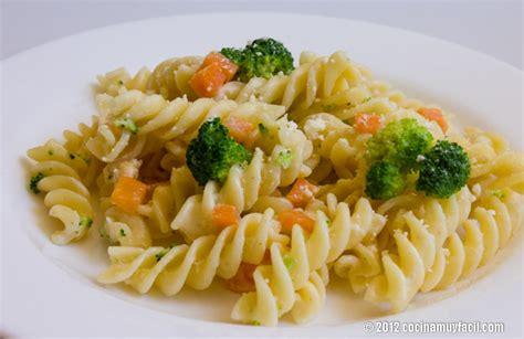 como se cocina la pasta ensalada de pasta ligera con br 243 coli y zanahoria receta