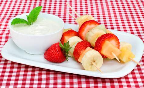 brocheta de fresas y frambuesas 5 brochetas de frutas f 225 ciles recet 237 n