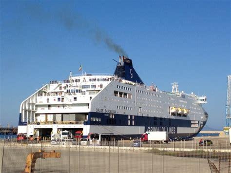 navi porto torres barcellona uomo cade in mare nave della bloccata in porto a