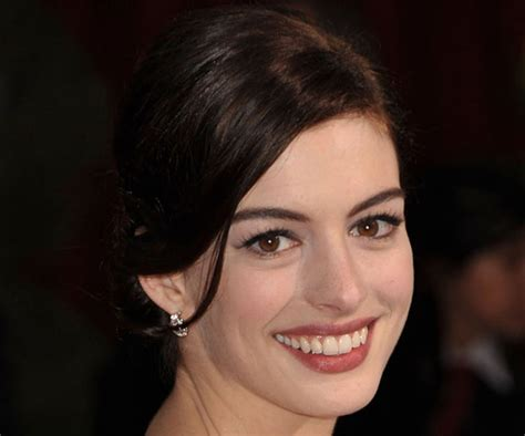 anne hathaways lemonade reaction is actually kind of anne hathaway oscars trend alert the many shades of red