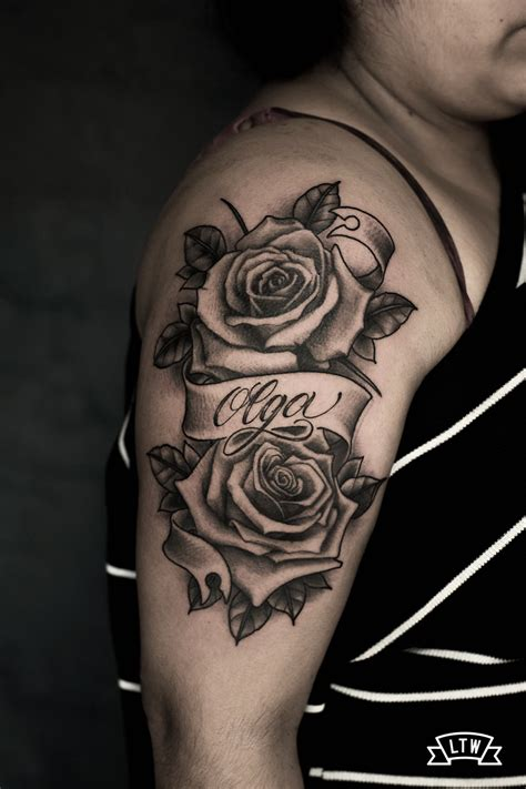 tatuaje de rosas con lettering en grises por rafa serrano