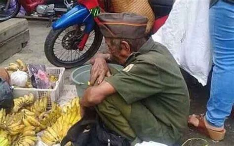Seragam Veteran kakek ini berjualan pisang dengan seragam veteran benarkah dia seorang veteran