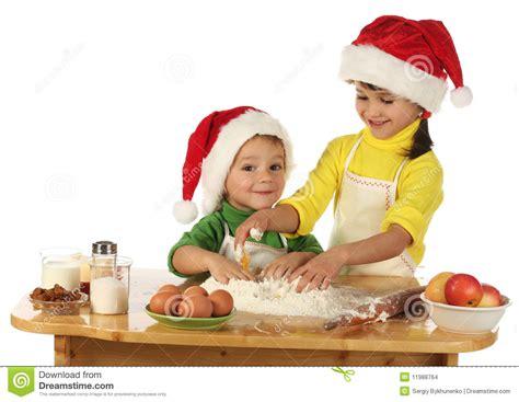 bimbi cucinano piccoli bambini cucinano la torta di natale immagini