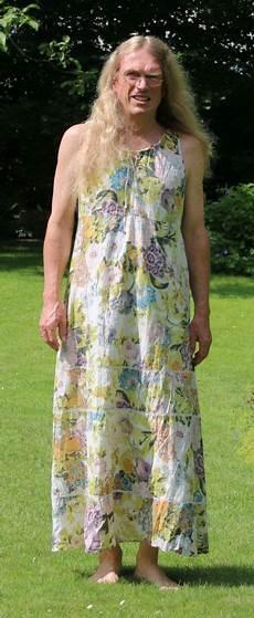 In Dresses Mann Im Bunten Kleid In Skirt And