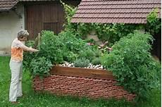 hochbeete selber bauen und bepflanzen hochbeet anlegen g 228 rtnern mit h 252 gelbeet zum autark leben