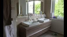badezimmer mit begehbarer dusche doppelwaschtisch und
