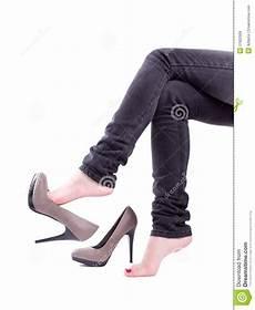 la femme a enlev 233 des chaussures image stock image du