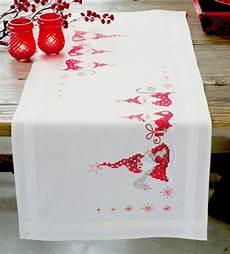chemin de table de noel chemin de table gnomes de noel vervaco pn 0146077