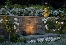 die besten 25 gartenbrunnen mit beleuchtung ideen auf