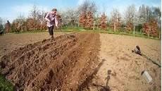 kartoffeln pflanzen oder einem gartengeraet mit dem