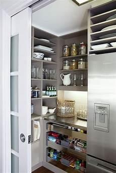 küche mit versteckter speisekammer organisieren speisekammer regale teller k 252 chen