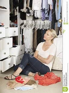 guardaroba da letto adolescente sceglie i vestiti dal guardaroba in