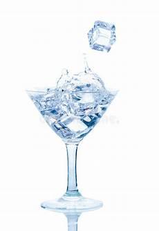 sta su bicchieri vetro spruzzata dell acqua con il cubetto di ghiaccio immagine