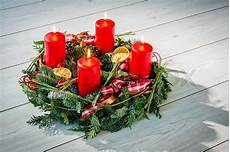 Adventskranz Bedeutung 4 Kerzen - advent wreath of twigs with four burning candles and