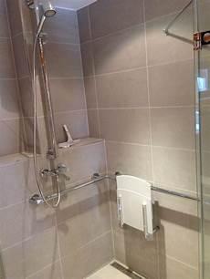 barrierefreie dusche mit klappsitz gt sitz geschlossen