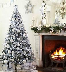 Weihnachtsbaum Rot Weiß Geschmückt - tree decoration white and silver as