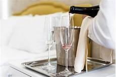 vicino al letto cigni da letto matrimoniale cigno foto gratis