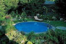 runder swimmingpool im garten liegt im schatten pool im