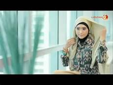Tutorial Cara Memakai Jilbab Pashmina Glitter Untuk Wisuda