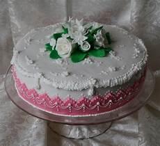 torta pan di spagna crema pasticcera e panna torta per un anniversario di matrimonio pan di spagna con crema pasticcera alla vaniglia e