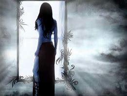 Resultado de imagen de mujer mirandose en el espejo