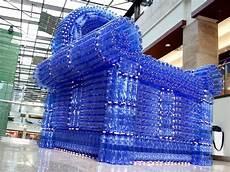 un sill 243 n de 2 500 botellas de pl 225 stico concienciar a la gente de la importancia de
