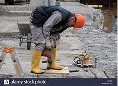 Bohren In Beton - construction worker drilling a into a concrete slab