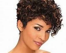 coupe courte cheveux frisés visage rond coupe de cheveux pour visage rond femme