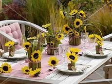 tischdeko mit sonnenblumen tischdeko mit sonnenblumen und bild kaufen 12168613