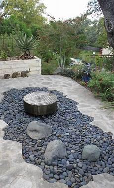 ideen für gartengestaltung mit steinen steingarten idee kies brunnen trittsteine platten haus