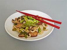 Grüner Spargel Mit Nudeln - gr 252 ner spargel und shiitake mit udon nudeln rezept mit