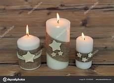 decorare le candele per natale candele di natale come decorazione della casa foto stock