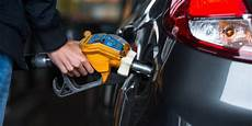prix du diesel en espagne l 233 cart entre le prix du diesel et celui de l essence se r 233 duit partout en europe la libre